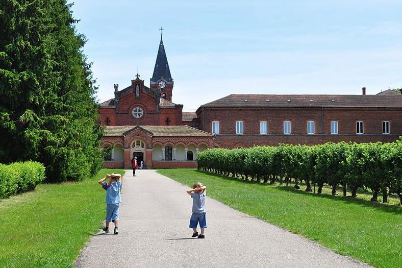 Des enfants jouent à l'entrée de Notre Dame des Dombes
