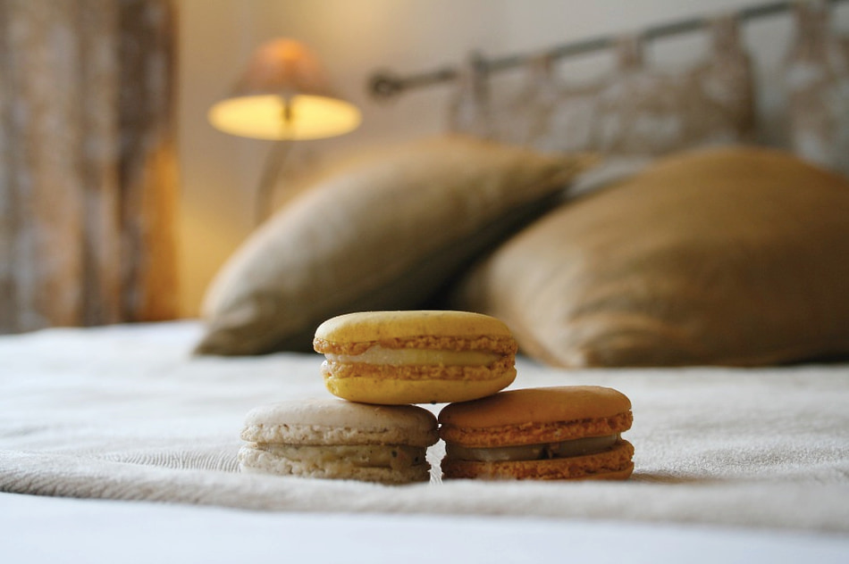 Hotel-bed-macarons