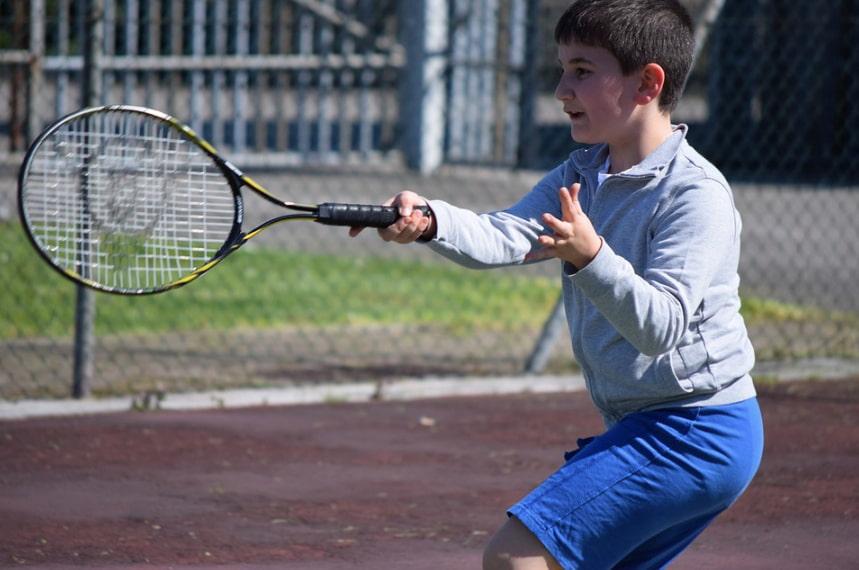 Enfant jouant au tennis à Chalamont