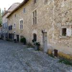 Une ruelle pavée du village médiéval de Pérouges