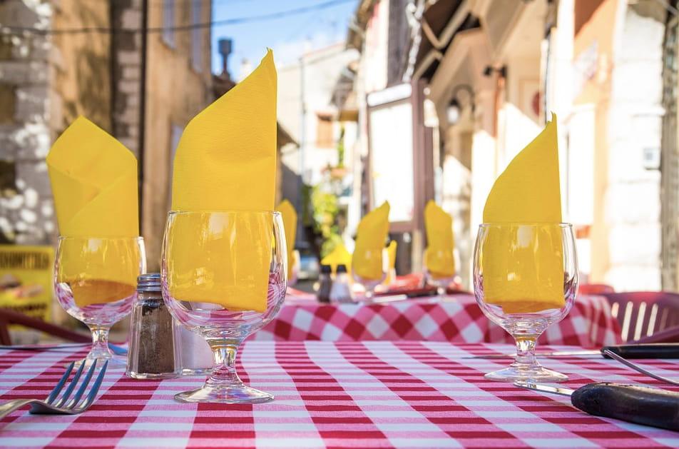 Tables en terrasse au Restaurant l'Estragon de Chalamont